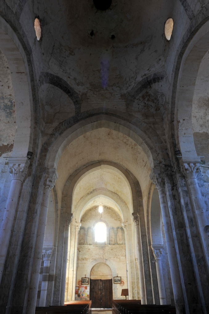 Varenne-l'Arconce - Eglise Saint-Pierre-aux-Liens (XIIe siècle) - La nef vue depuis le transept