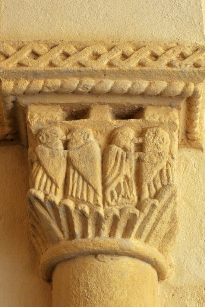 Vauban - Eglise Saint-Saturnin (XIIe siècle) - Chapiteau : le baiser de paix