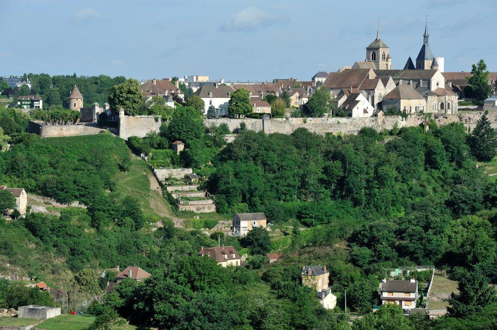 Avallon - Vue générale sur les remparts et le centre historique de la ville