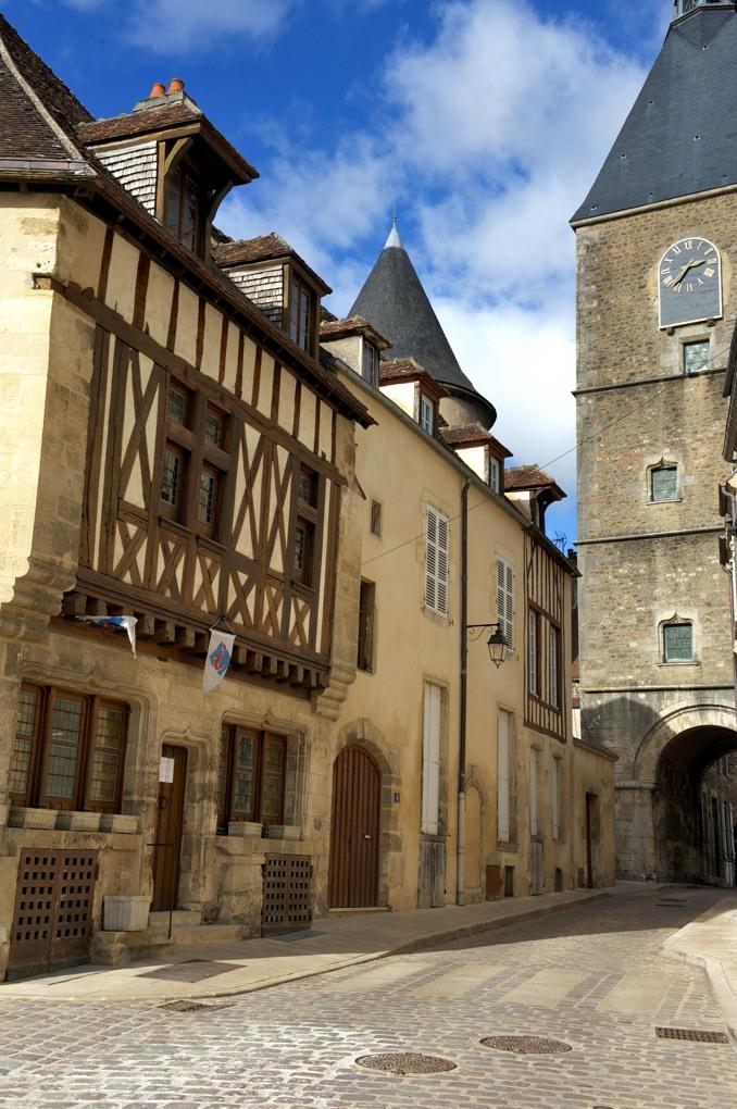 Avallon - Tour de l'Horloge et maison à colombages (XVe siècle)