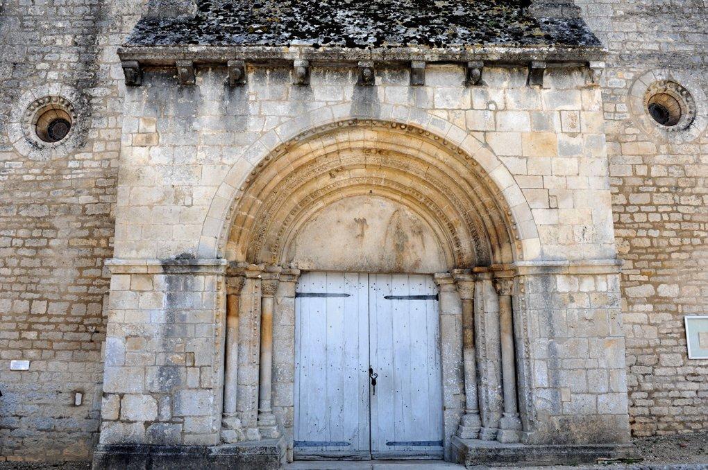 Druyes-les-Belles-Fontaines - Eglise Saint-Romain (milieu du XIIe siècle) : le portail