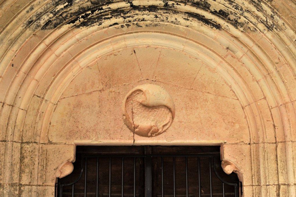 Escolive-Sainte-Camille - Eglise Saint-Pierre et Saint-Paul : Le tympan du portail ouest
