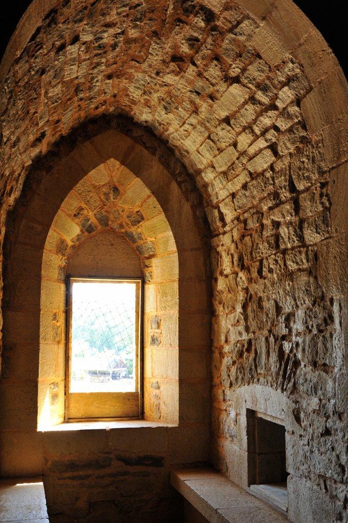 Treigny - Guédelon : baie à coussièges (bancs de pierre)