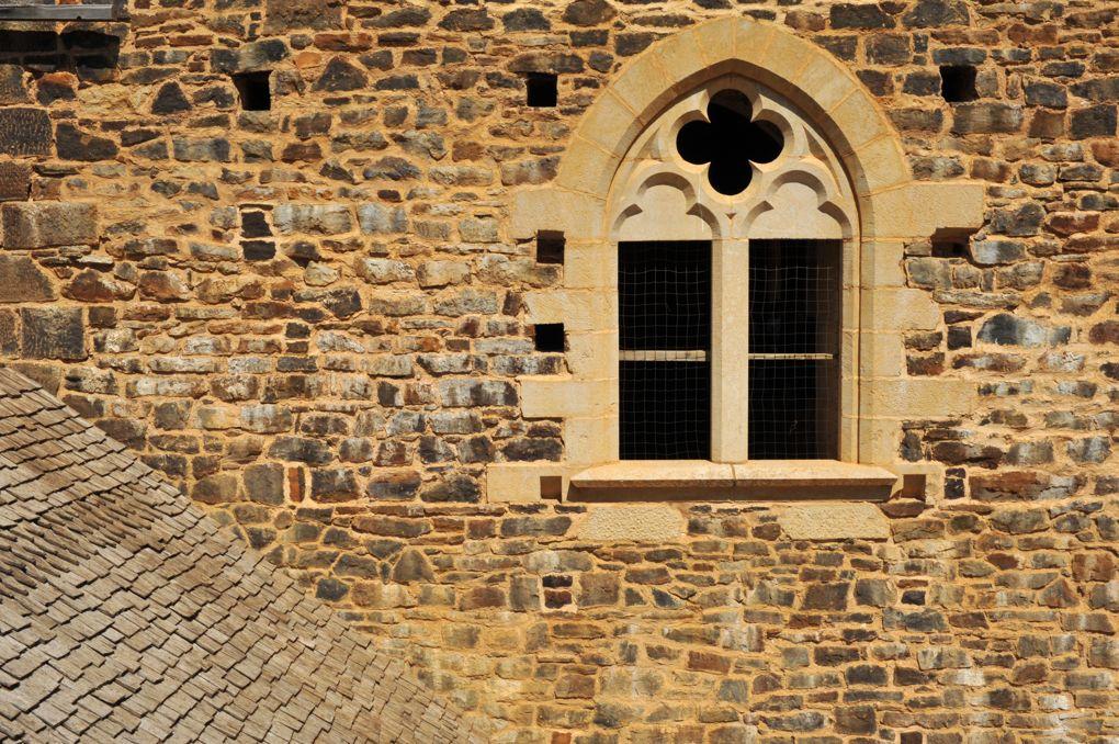 Treigny - Guédelon : baie gothique et toiture de bardeaux