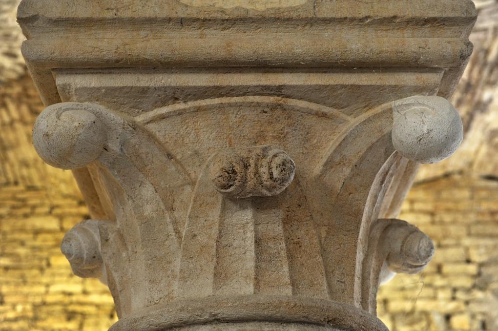 Joux-la-Ville - Grange cistercienne d'Oudun (fin du XIIe siècle) : chapiteau à crochets
