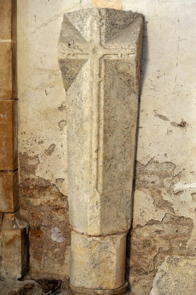 Montréal - Collégiale Notre-Dame : pierre tombale (Moyen-Âge)