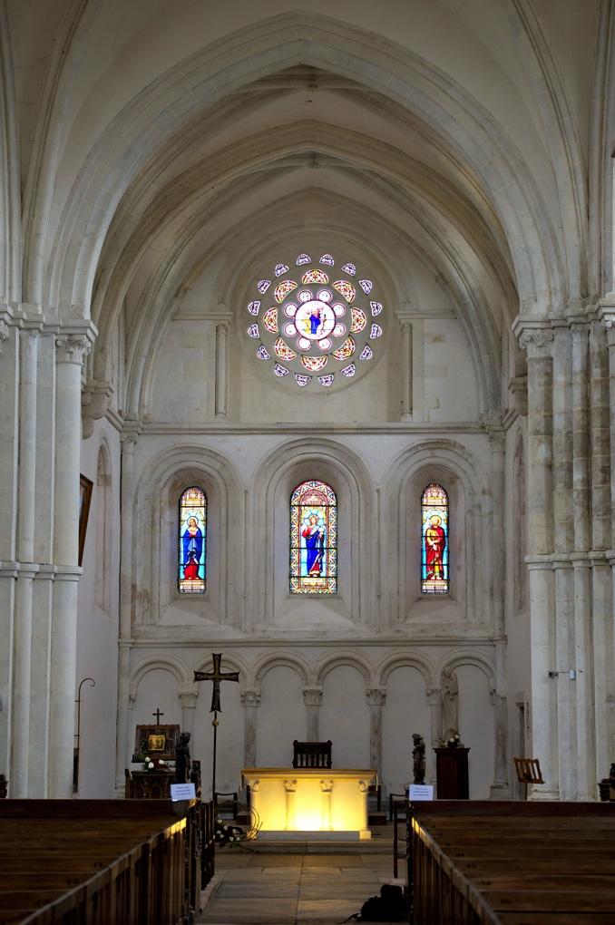 Montréal - Collégiale Notre-Dame (XIIe siècle) : vue sur le choeur depuis la nef