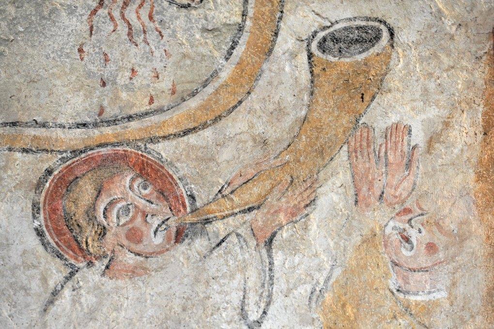 Moutiers-en-Puisaye - Eglise Saint-Pierre - Peintures murales romanes : ange sonnant de la trompette (fin du XIIe siècle)