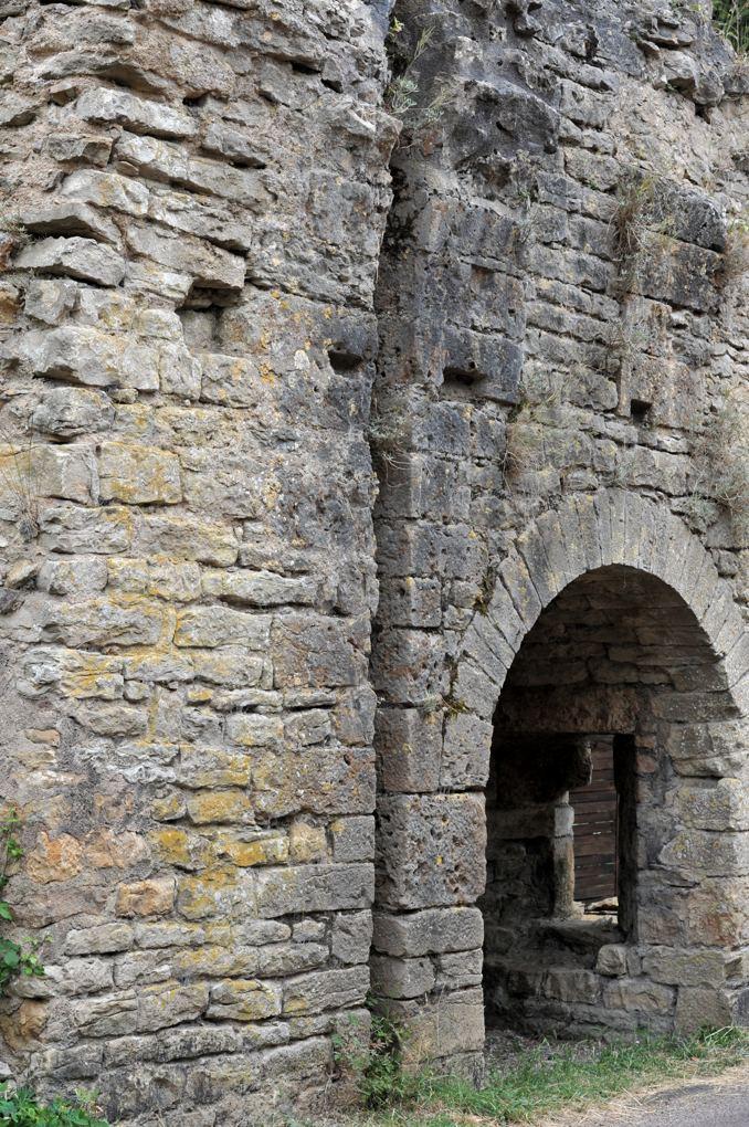Pierre-Perthuis - Ruine de la porte du château (XIIe siècle)