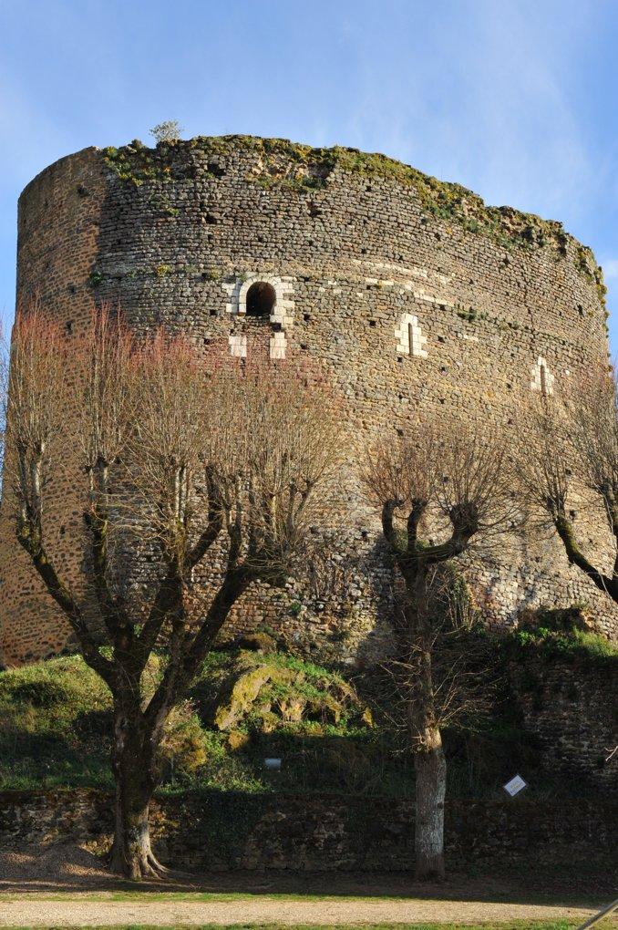Saint-Sauveur-en-Puisaye - Tour Sarrasine : donjon (fin XIe-début XIIe siècle)