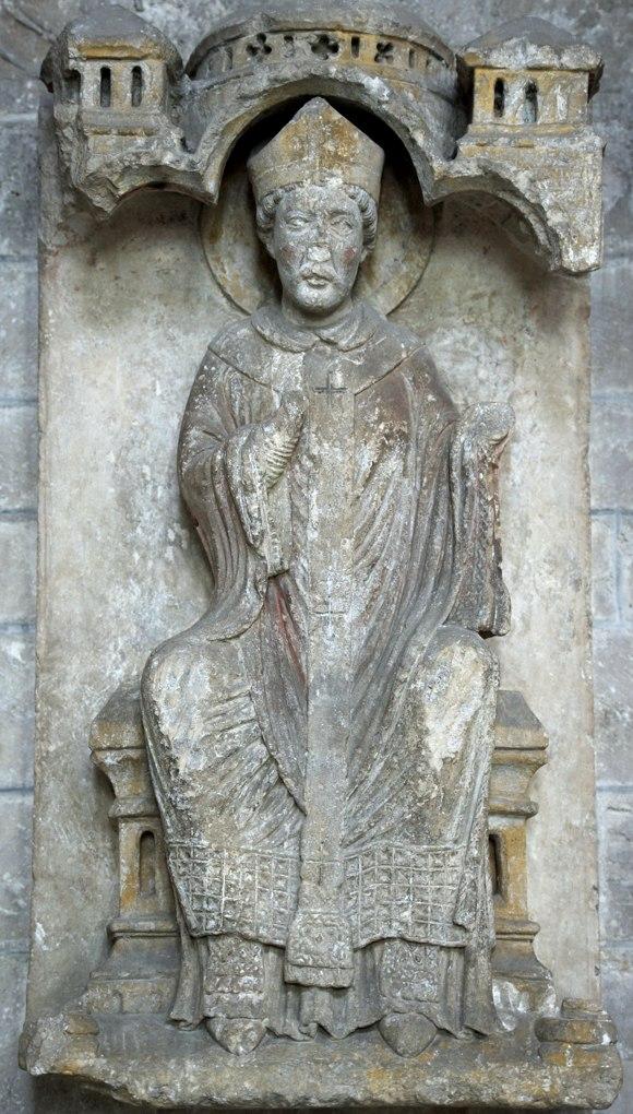Sens - Cathédrale Saint-Etienne (XIIe-XVIe siècle) : haut-relief dans le déambulatoire, au nord, représentant peut-être saint Thomas Becket (fin XIIe siècle)