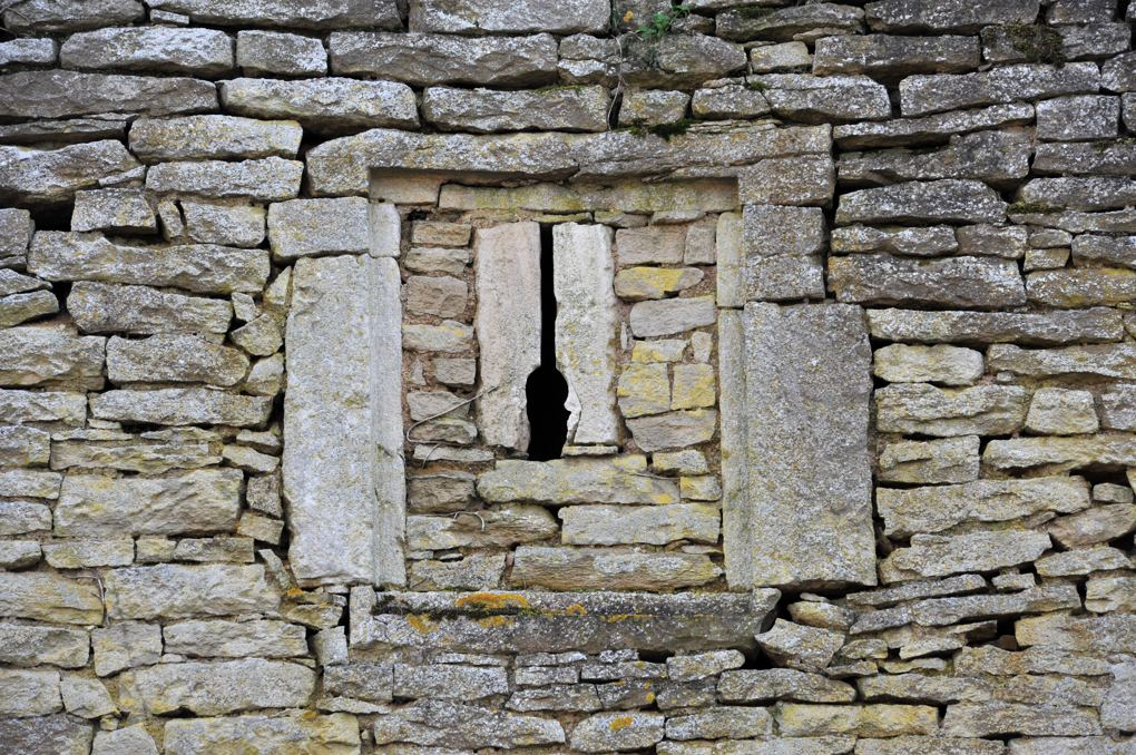 Thizy - Le château (XIIIe-XVIe siècle) : détail des défenses de la muraille