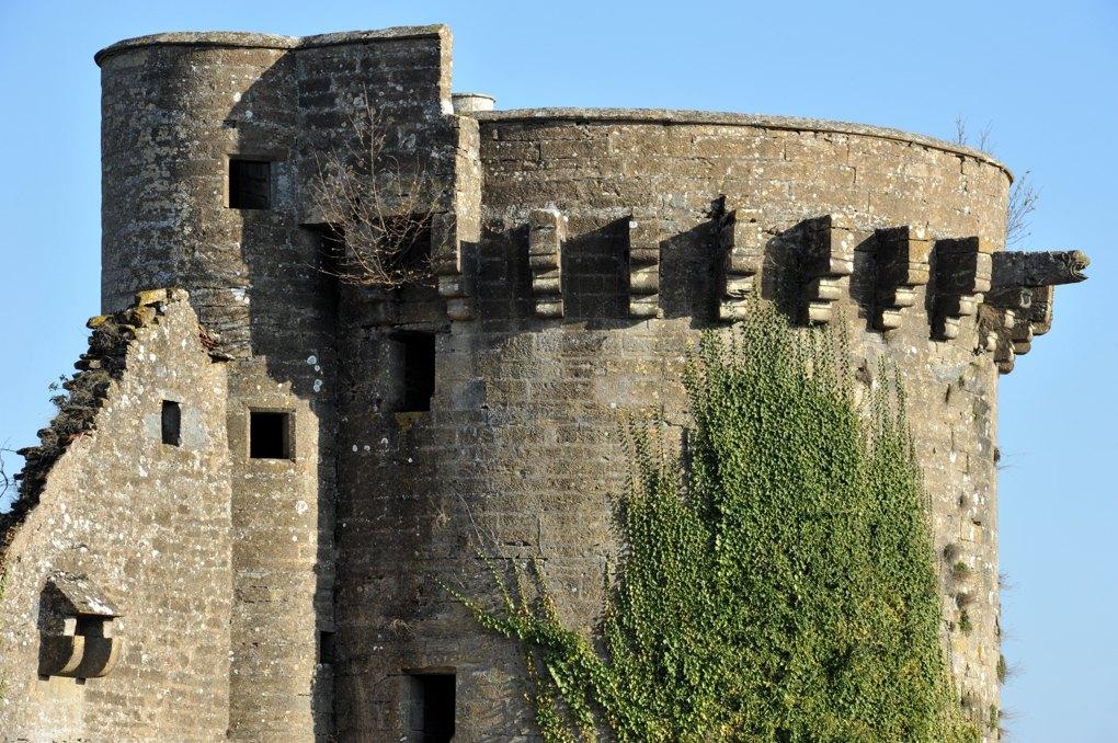 Thizy - Le château (XIIIe-XVIe siècle) : Tour ronde (donjon du début du XVe siècle)