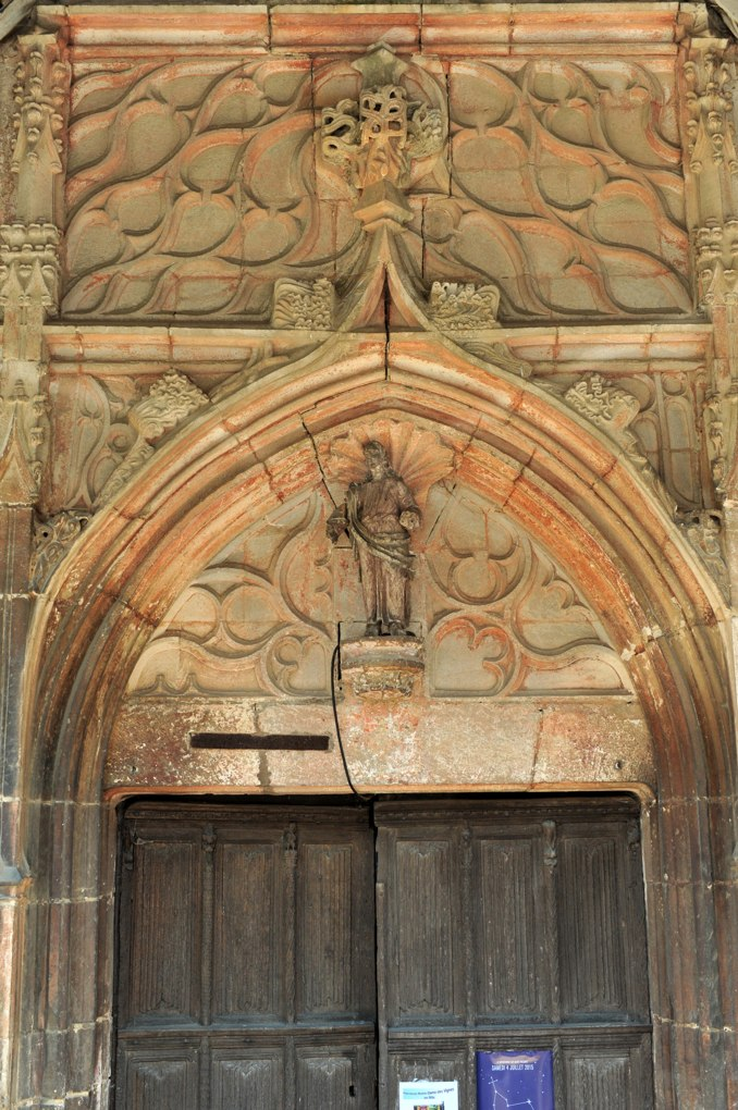 Loché - Eglise Saint-Jean-l'Evangéliste (XIIe siècle) : le portail gothique flamboyant et ses vantaux (fin du XVe siècle)