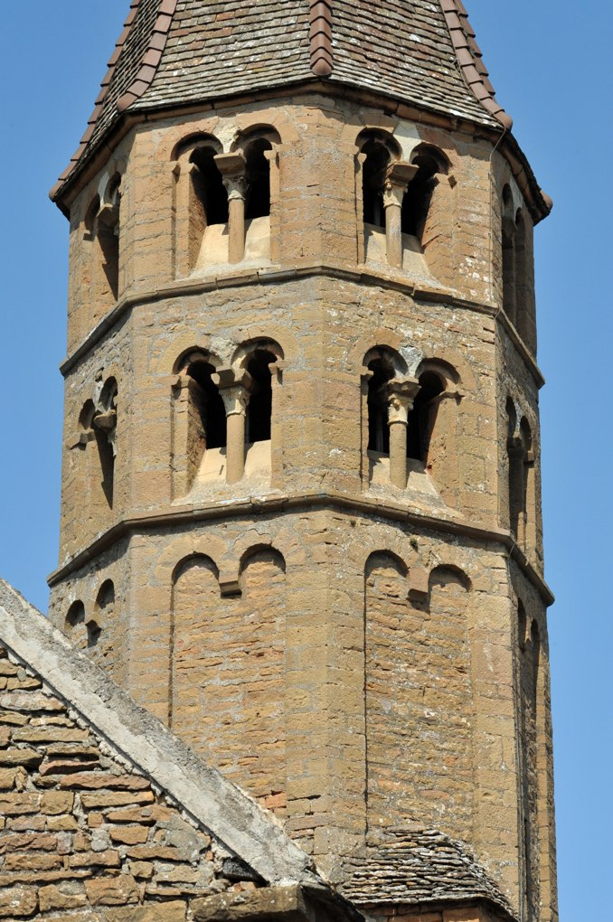 Loché - Eglise Saint-Jean-l'Evangéliste (XIIe siècle) : le clocher (XIIe siècle)