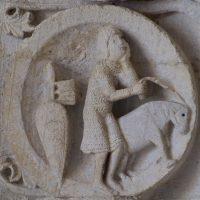 Autun - Tympan : guerrier menant son cheval (mai)
