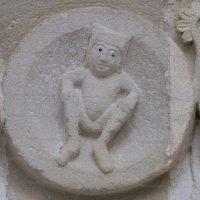Autun - Tympan : personnage accroupi au sommet du cycle annuel (solstice d'été ?)
