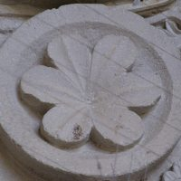 Autun - Tympan : fleur à six pétales
