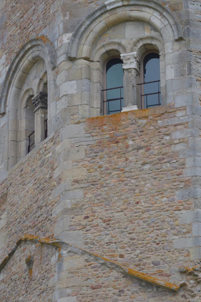 Autun - Tour des Ursulines (XIVe s.) : baies gémellées en plein cintre