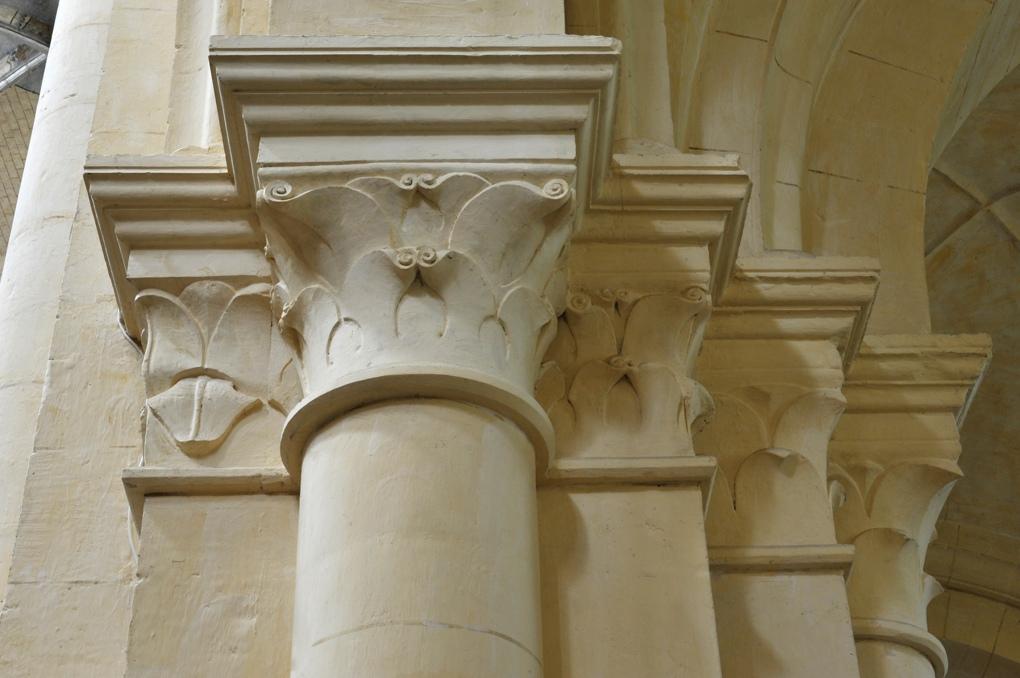 Auxerre - Eglise Saint-Eusèbe (XIIe-XIIIe siècle) : chapiteaux à feuillages