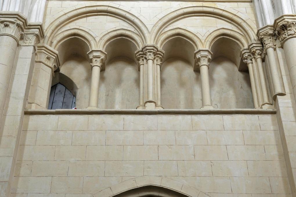 Auxerre - Eglise Saint-Eusèbe (XIIe-XIIIe siècle) - nef : galerie de triforium