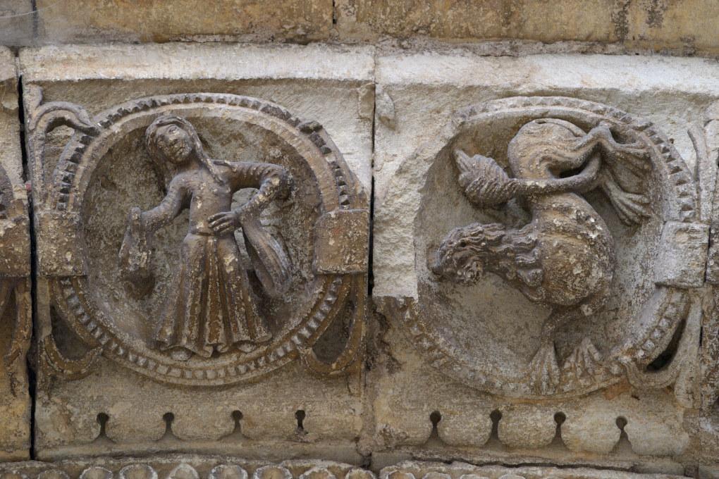Avallon - Collégiale Saint-Lazare (XIIe s.) - Portail central : le Lion et la Vierge