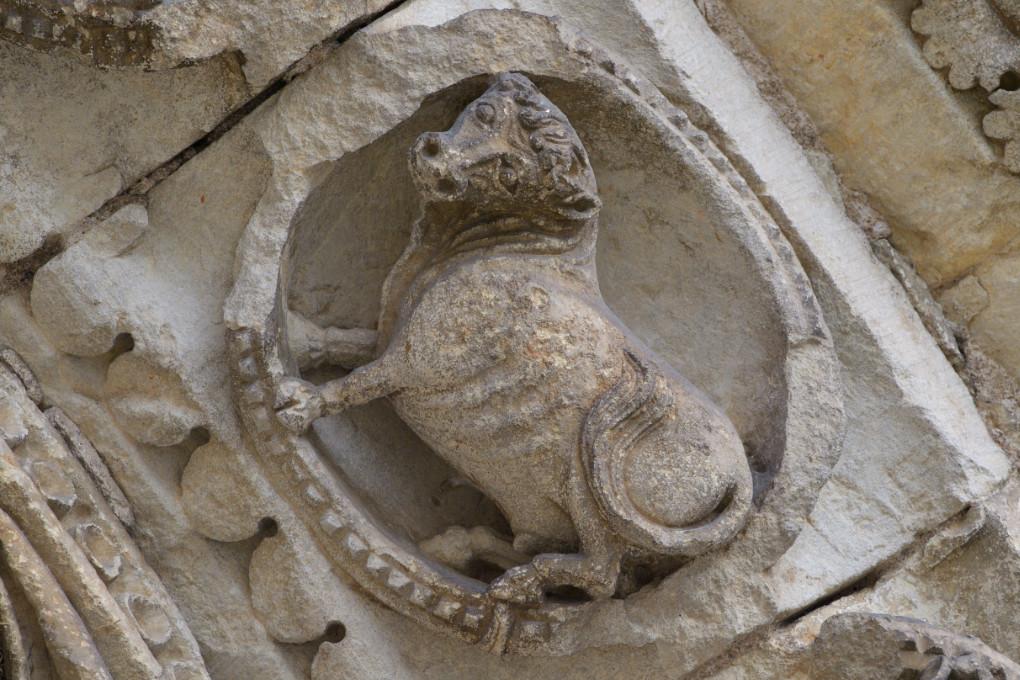 Avallon - Collégiale Saint-Lazare (XIIe s.) - Portail central : le Taureau