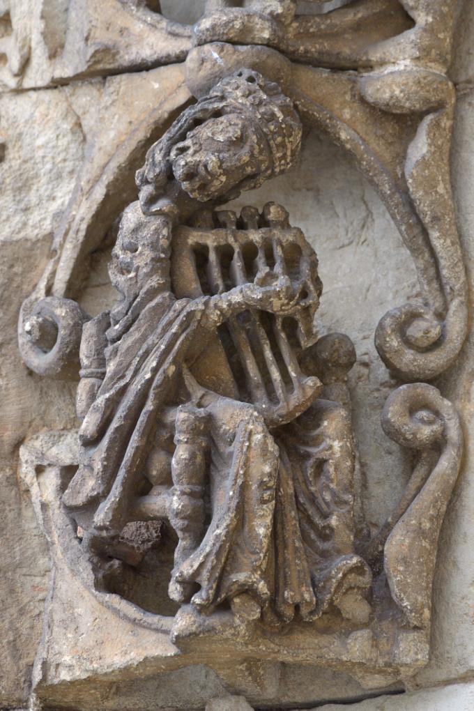 Avallon - Collégiale Saint-Lazare (XIIe s.) - Portail central : le roi David jouant de la Lyre