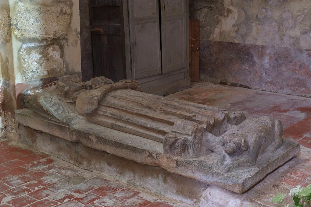 Bard-le-Régulier - Eglise saint-Jean-l'Evangéliste : gisant de Jean de Brazey (début XIVe s.)