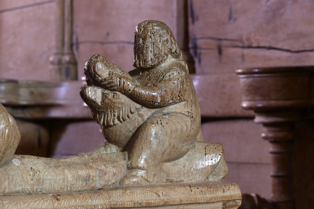 Bard-le-Régulier - Eglise Saint-Jean-l'Evangéliste : décor des stalles (XIVe s.)