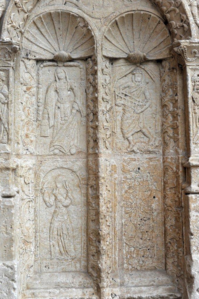 Clamecy - Collégiale Saint-Martin (XIIIe-XVIe siècle) : soubassements du portail (XVIe siècle)
