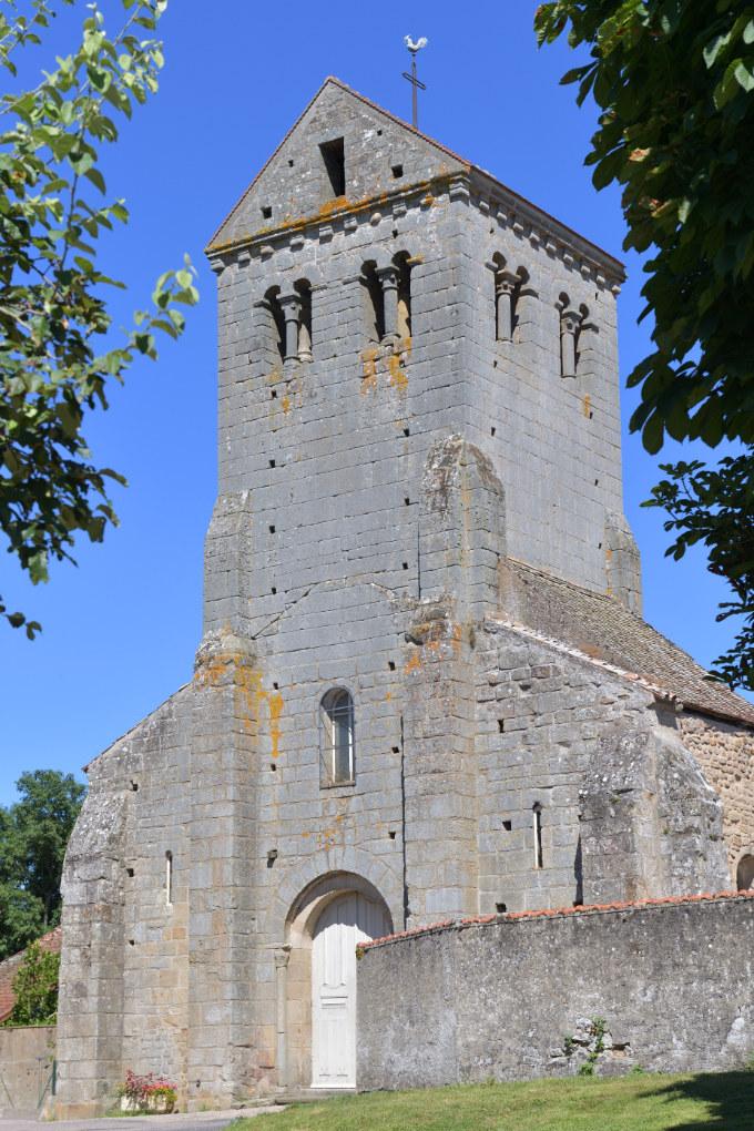 Curgy - Eglise Saint-Ferréol : le clocher avec son toit en bâtière (XIIe s.)
