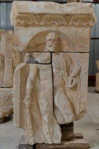Escolives-Sainte-Camille - base de colonne décorée sur quatre faces : Hercule