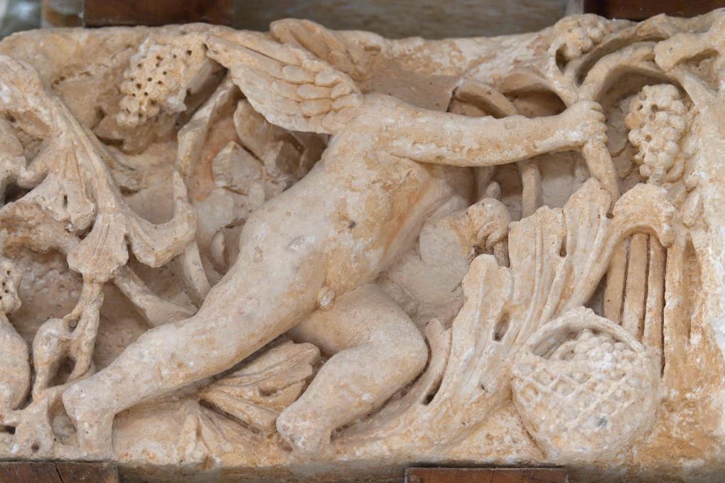 Escolives-Sainte-Camille - Thermes gallo-romains : un Amour en train de vendanger