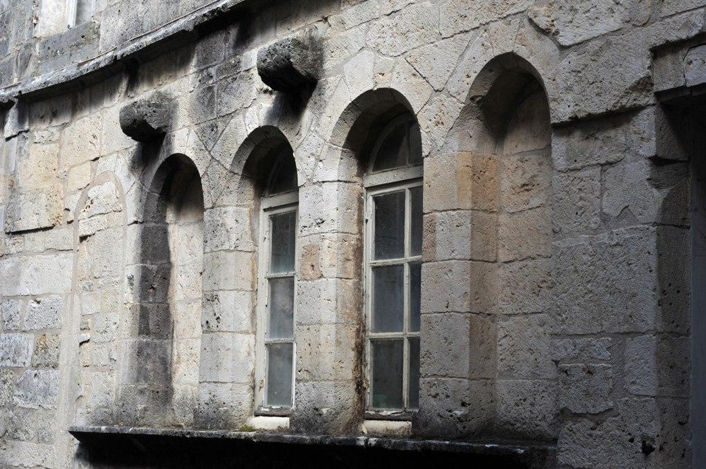 Flavigny-sur-Ozerain - La Maison au Loup (XIIIe siècle) : baies en plein cintre