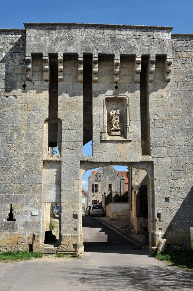 """Flavigny-sur-Ozerain - Une porte d'entrée de la ville (XVe siècle) : la """"Porte de Barme"""""""