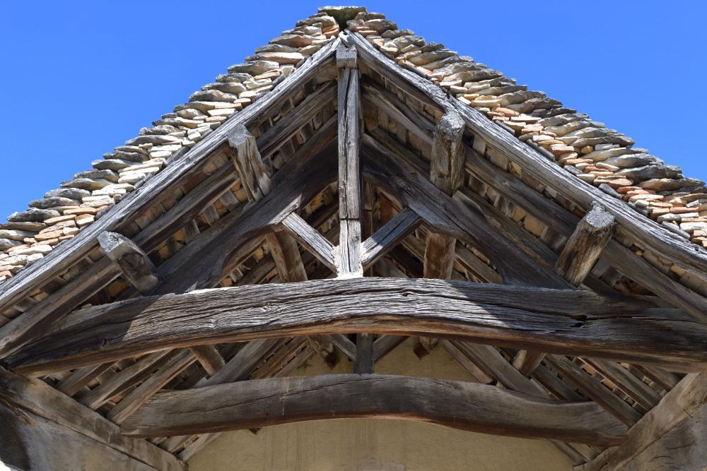 Montbellet-Eglise Saint-Didier (XIIe et XIVe s.) : le porche et sa charpente début XVIIIe s.