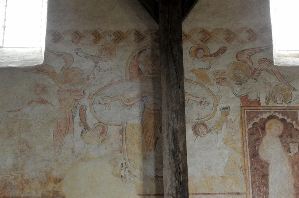 Moutiers-en-Puisaye - Peintures murales (XIIe siècle) : le Christ, entouré par les anges, montre ses plaies