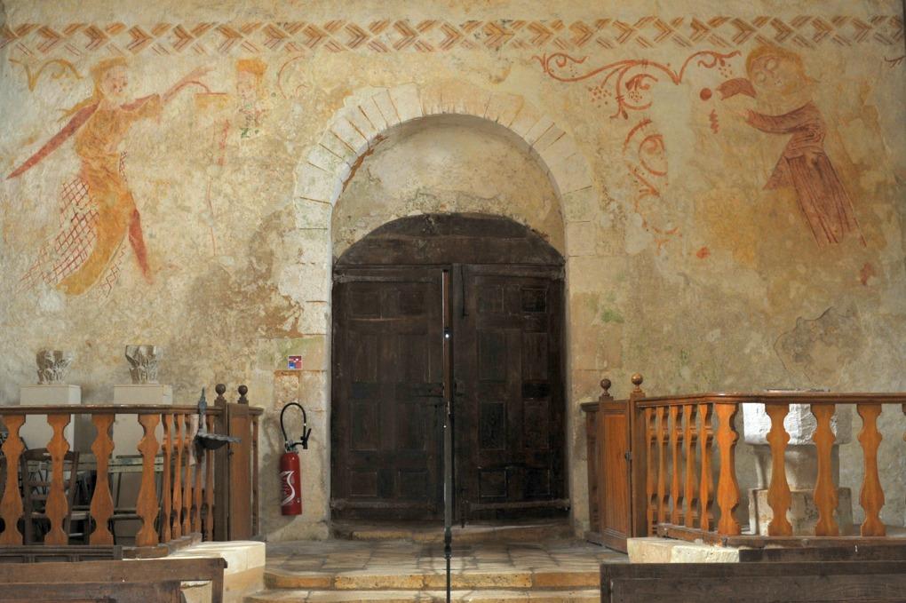 Moutiers-en-Puisaye - Peintures murales romanes (XIIe siècle) au revers de façade : scène non identifiée (tirée du Cantiques des cantiques ?)