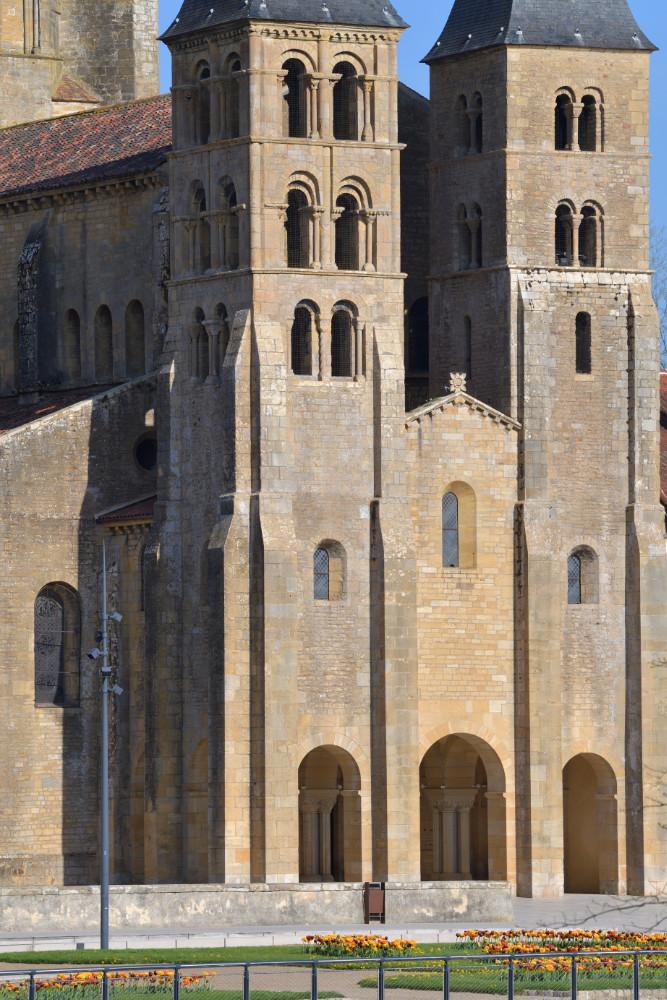 Paray-le-Monial-Basilique : tours de l'avant-nef (XIe et XIIe s.)