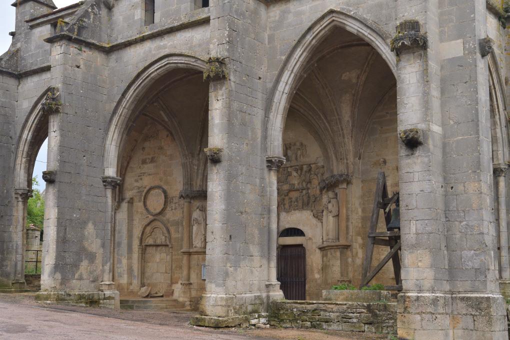 Rougemont - L'église priorale : le porche gothique (milieu du XIIIe siècle)