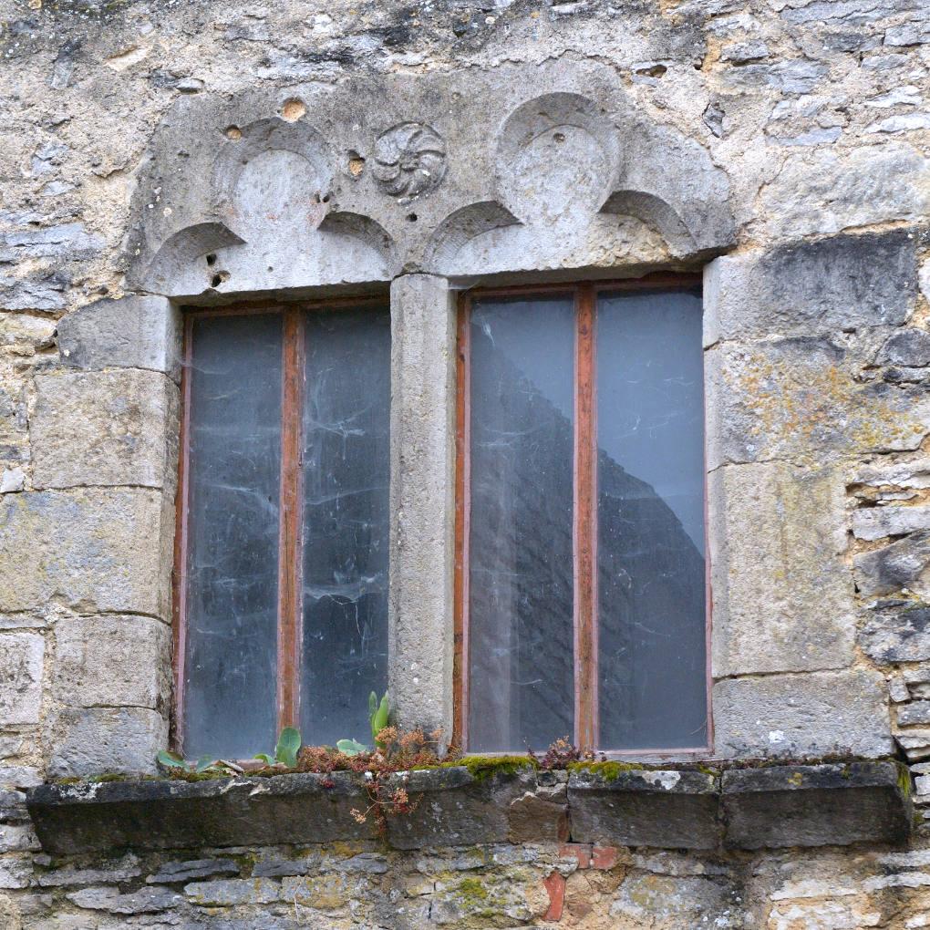 Rougemont - Baie géminée gothique (maison civile des XIIIe-XIVe s.)
