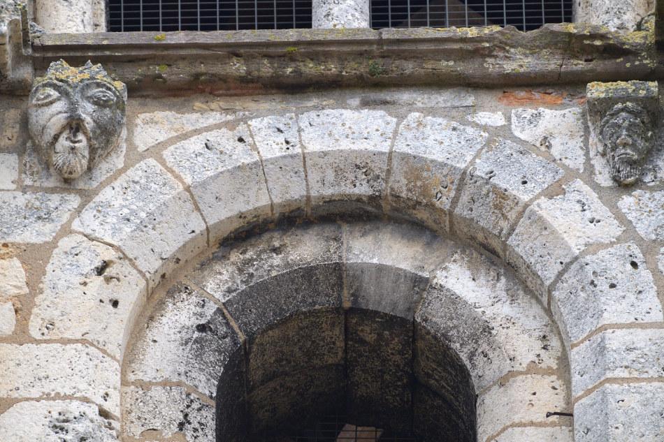 Saint-Gengoux-le-National - Eglise Saint-Gengoux (XIIe-XVIe-XVIIIe s.) : détail du clocher orné de masques (fin XIIe s.)