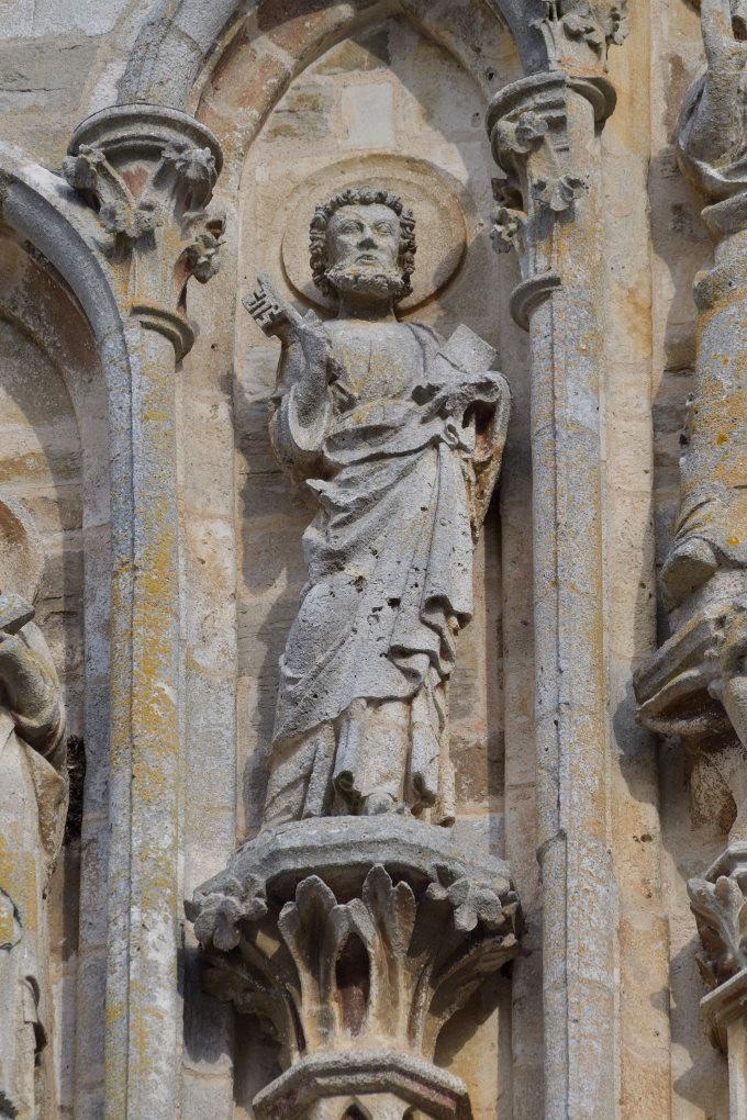 Saint-Père-sous-Vézelay - Eglise Notre-Dame - Fronton : saint Pierre tenant les clés (v. 1270)