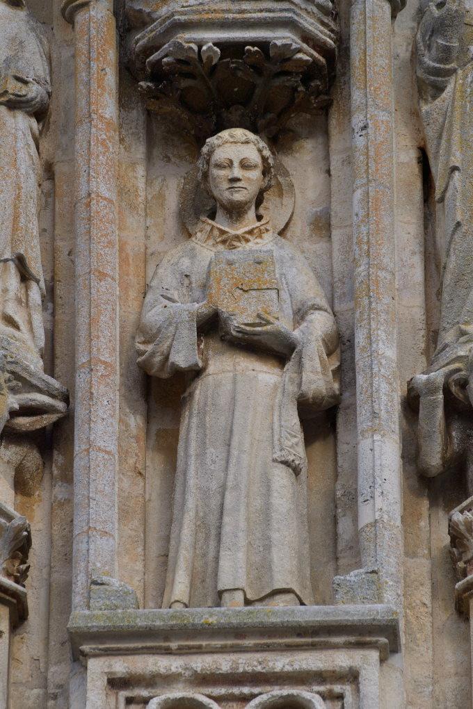 Saint-Père-sous-Vézelay - Eglise Notre-Dame - Fronton : moine tenant un livre (v. 1270)