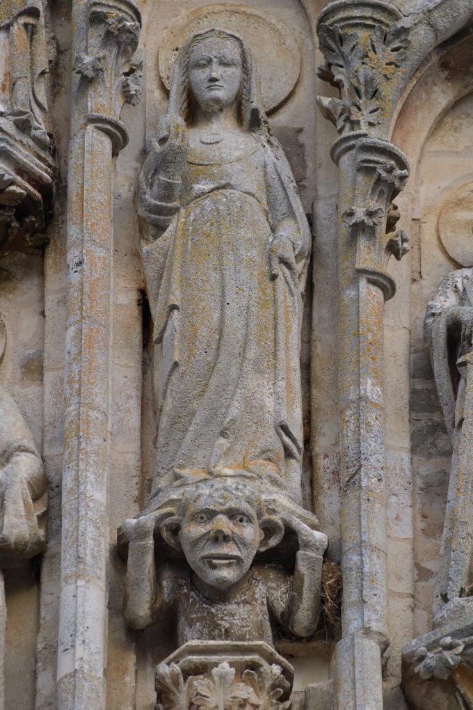 Saint-Père-sous-Vézelay - Eglise Notre-Dame - Fronton : Marie-Madeleine tenant le vase de parfum (v. 1270)