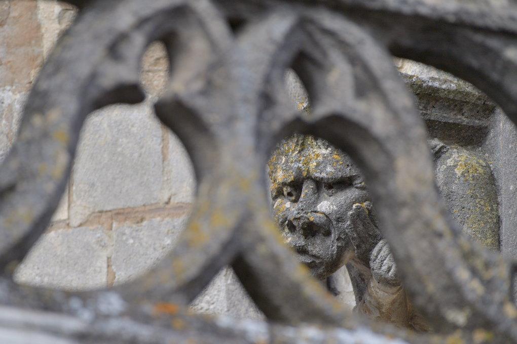 Saint-Père-sous-Vézelay - Eglise Notre-Dame : un démon inquiet en façade !