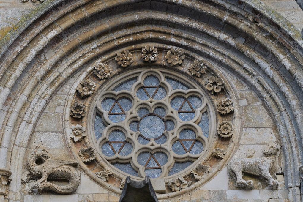 Saint-Père-sous-Vézelay - Eglise Notre-Dame : détail du fronton (v. 1265)