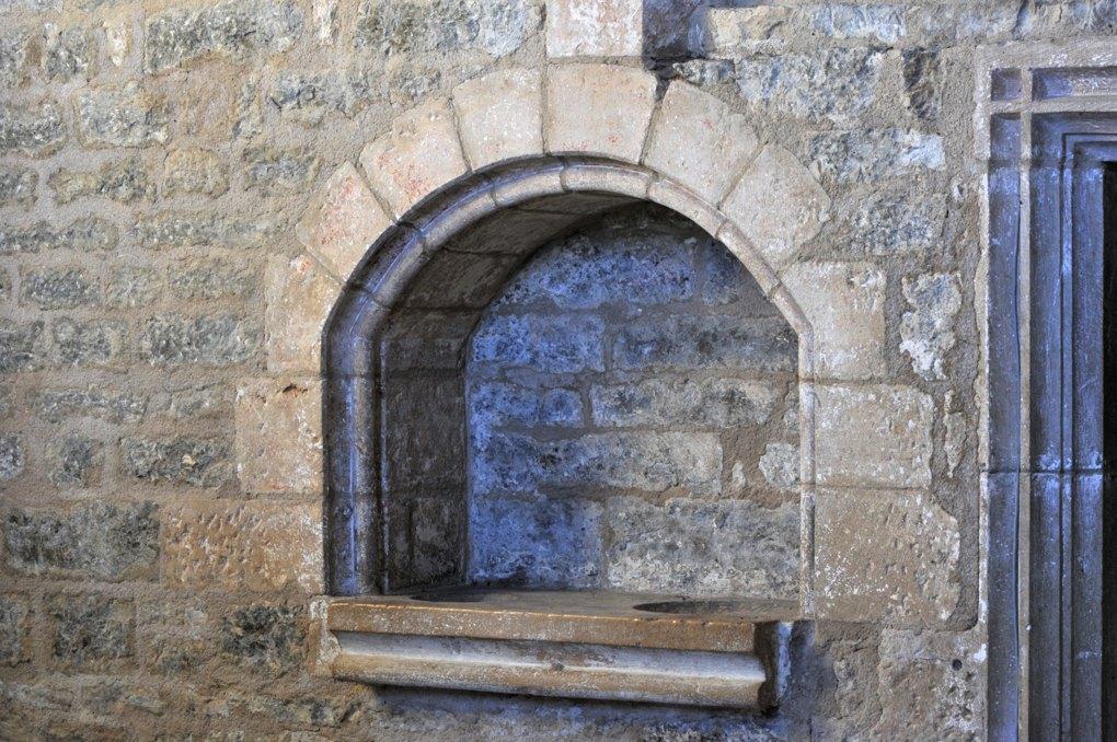 Savigny-en-Terre-Plaine - Eglise Saint-Bénigne (fin XIIe et XVe siècle) : piscine liturgique