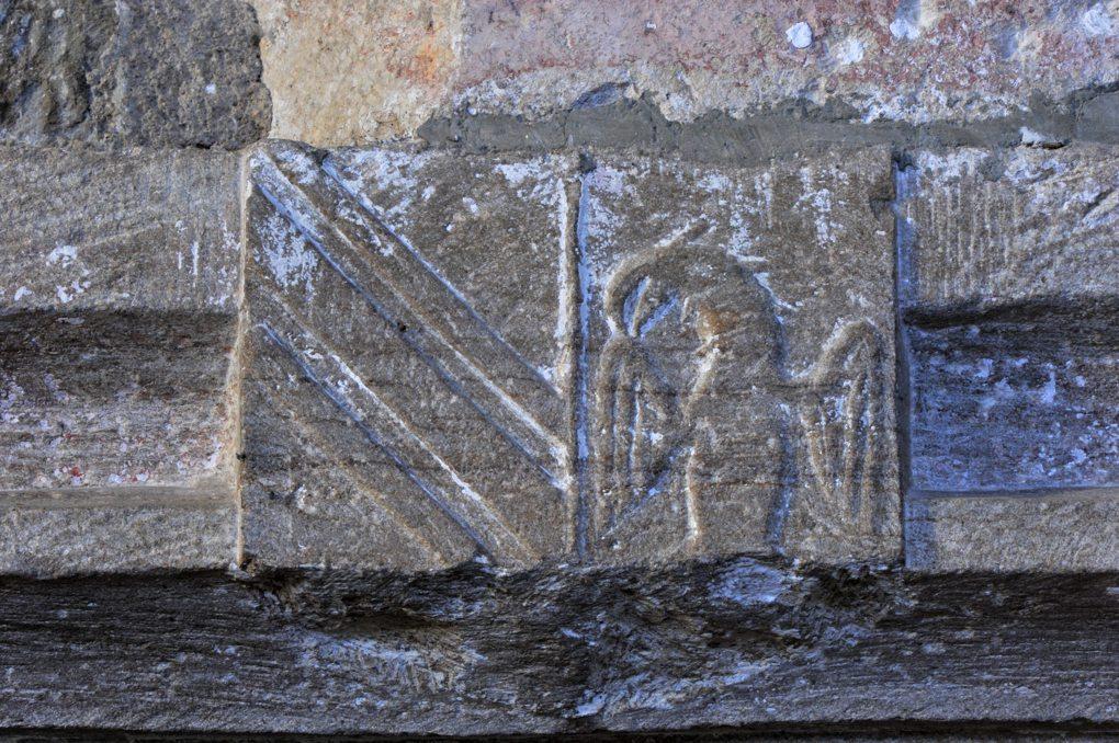 Savigny-en-Terre-Plaine - Eglise Saint-Bénigne (fin XIIe et XVe siècle) : armoiries (XVe siècle) sur le linteau de la porte d'entrée de la chapelle latérale.